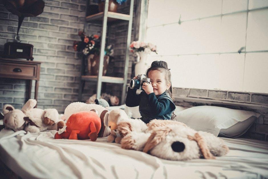 bawiące się dziecko w pokoju
